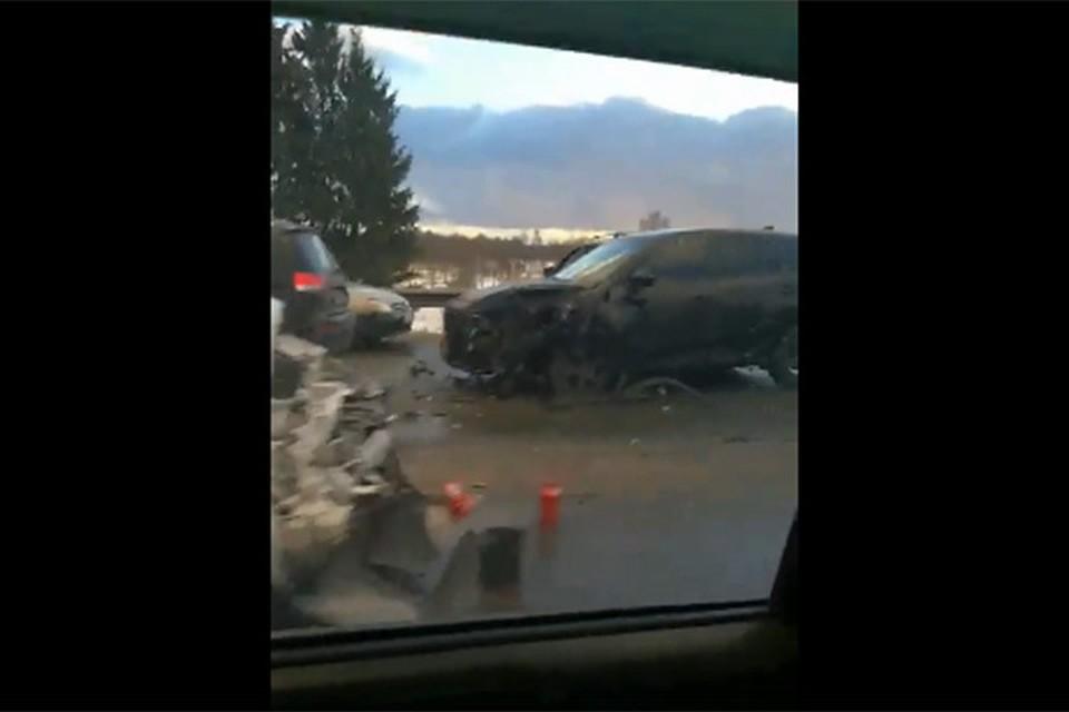 Массовое ДТП под Смоленском: 12 машин столкнулись, трое пострадали