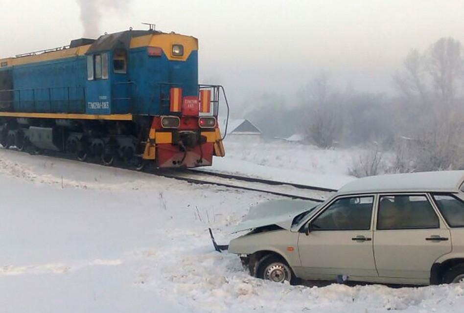 ВБелове столкнулись ВАЗ-2109 итепловоз, пострадала пассажирка «легковушки»