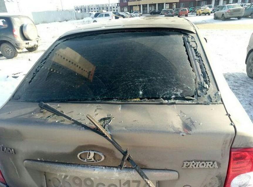 ВЧелябинске башенный кран рухнул наприпаркованные автомобили