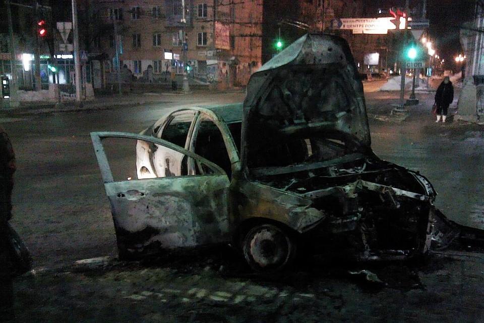 Утром наперекрестке Компрос-Пушкина сгорел автомобиль такси