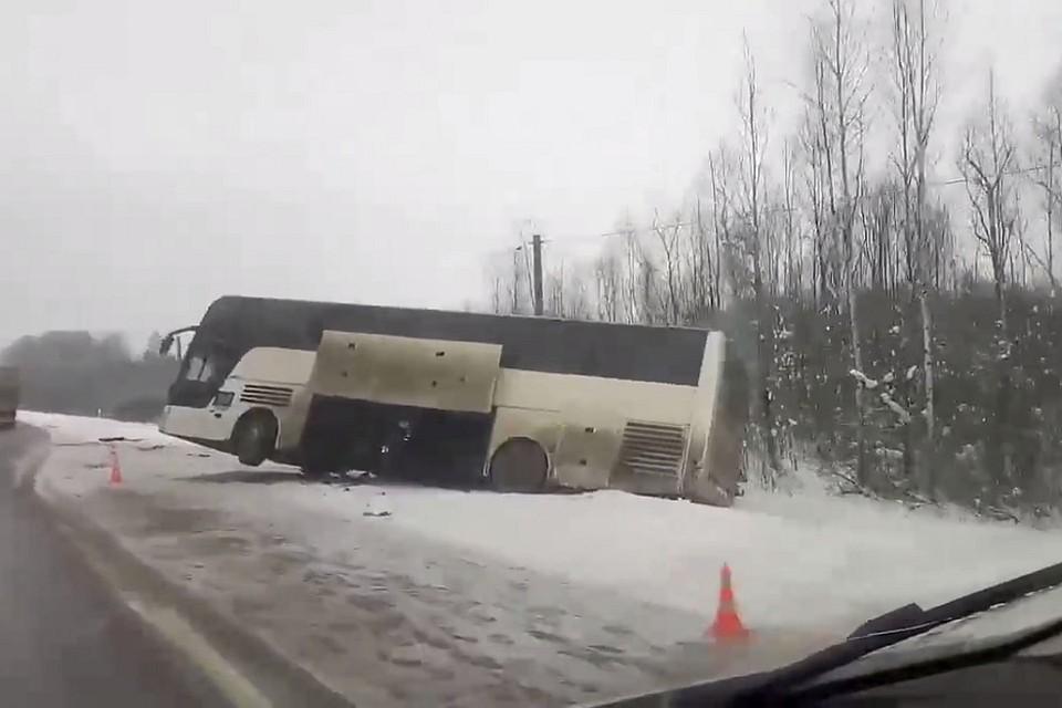 ВЛенобласти автобус сдетьми улетел вкювет