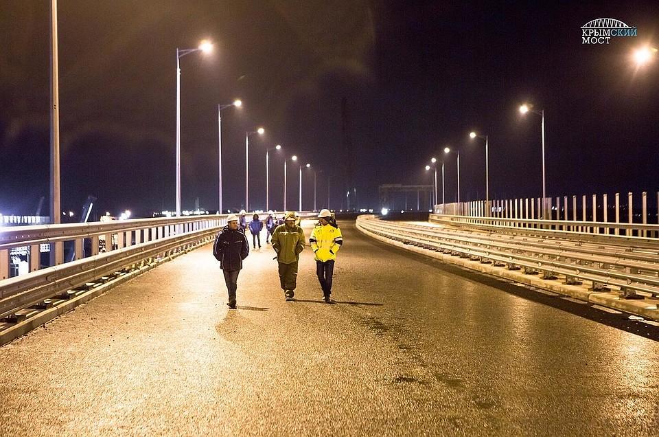 Строители протестировали освещение автодороги наКрымском мосту