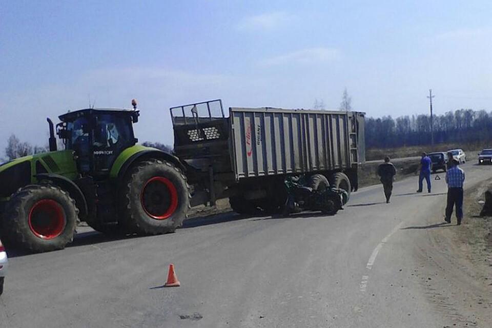 ВБрянской области пенсионер намотоцикле врезался втрактор, мужчина умер