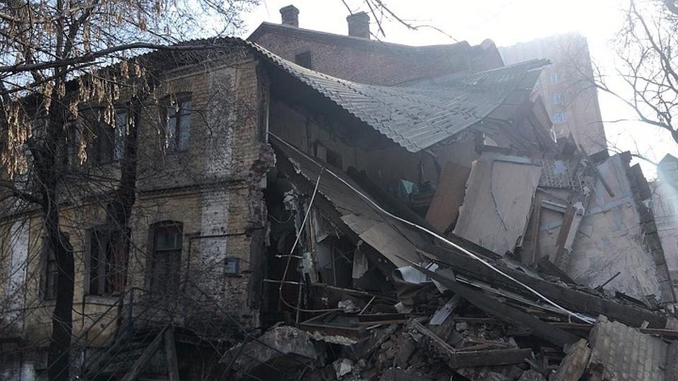 СКначал проверку пофакту обрушения части столетнего дома воВладивостоке