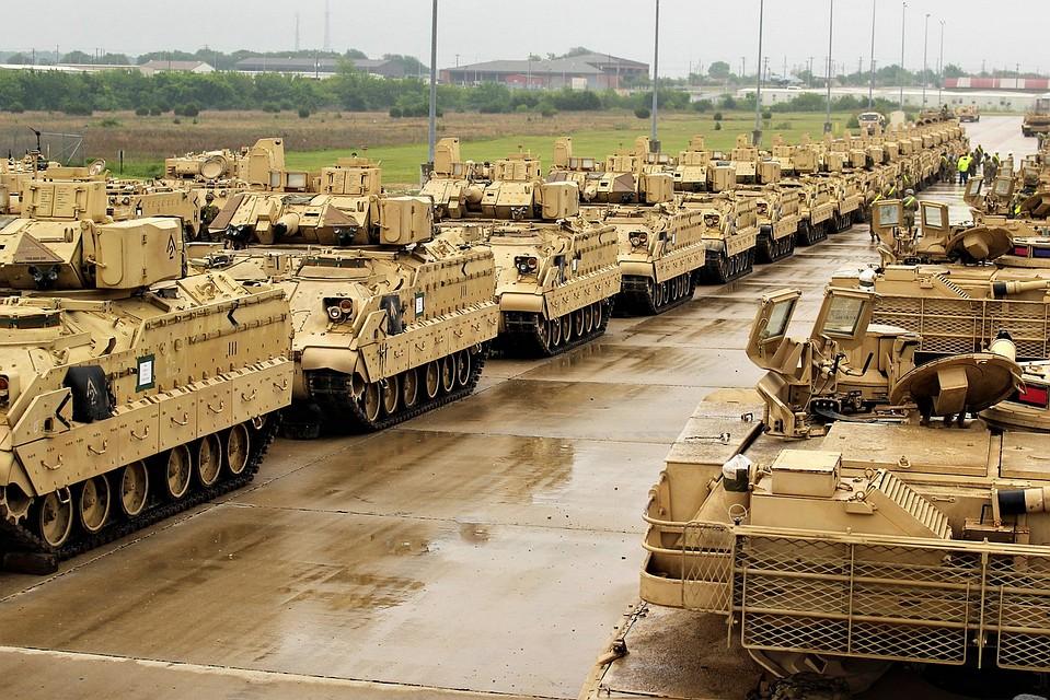 США начали перебрасывать вЕвропу танковую бригаду