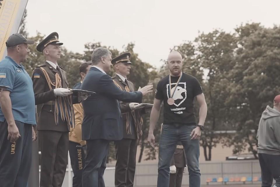 Ветеран «Азова» публично унизил Порошенко