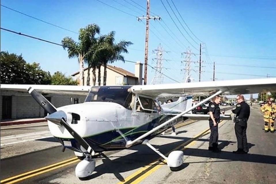 Девушка-пилот посадила самолет среди улицы вКалифорнии