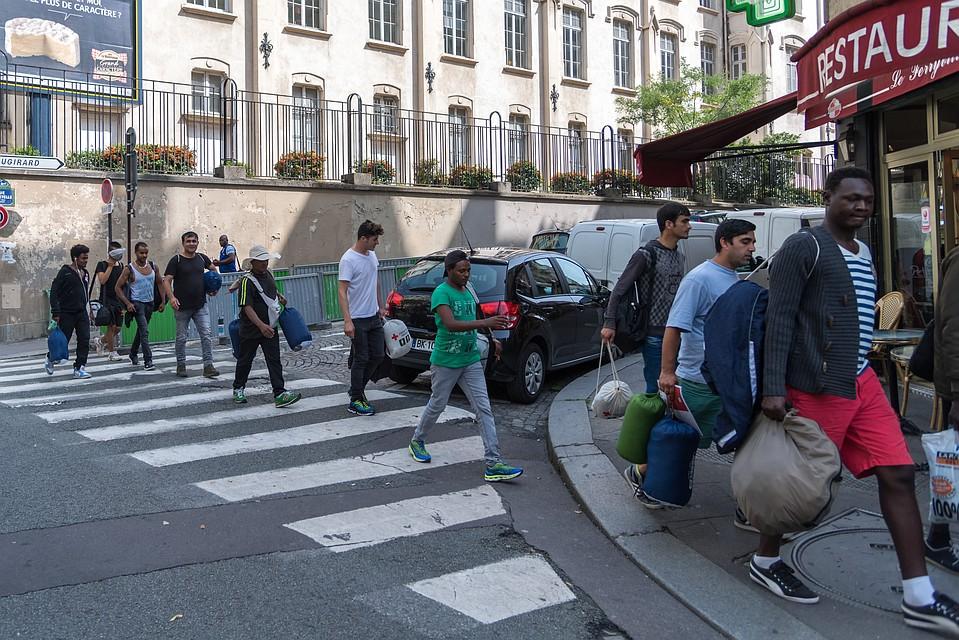 Встолице франции милиция приступила кликвидации незаконных лагерей беженцев