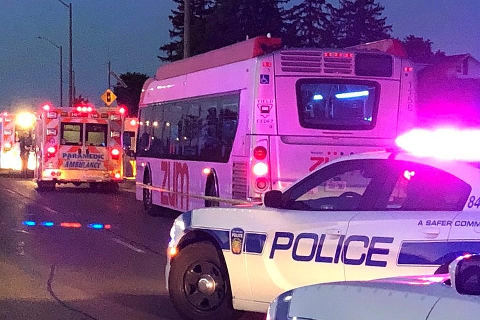 ВКанаде девушка сножом напала напассажиров автобуса