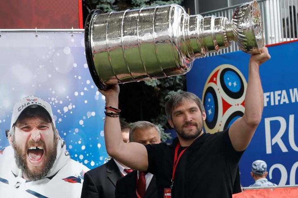 Тысячи жителей столицы пришли увидеть привезенный Овечкиным Кубок Стэнли