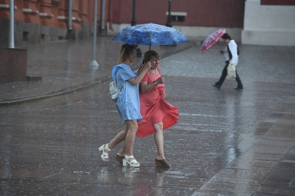 Донские cотрудники экстренных служб продлили штормовое предупреждение из-за ливней сгрозами