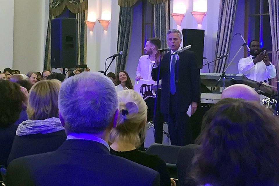 Джон Хантсман активно проводит в своей московской резиденции концерты