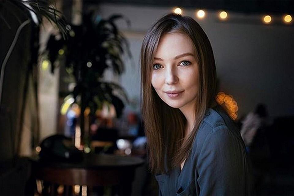 Девушка живет в Санкт-Петербурге работает графическим дизайнером. У знаменитого отца бывает на крупных концертах