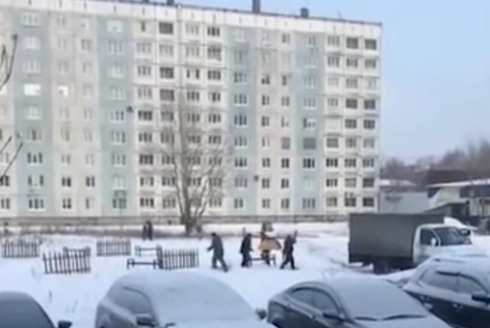 ВМеждуреченске чиновники поставили детскую площадку, сняли видео иувезли