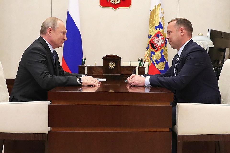 Президент РФ Владимир Путин и временно исполняющий обязанности губернатора Курганской области Вадим Шумков во время встречи в Ново-Огаре