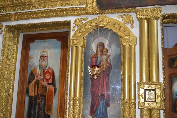 Иконы обновлялись на глазах у прихожан и служителей храма
