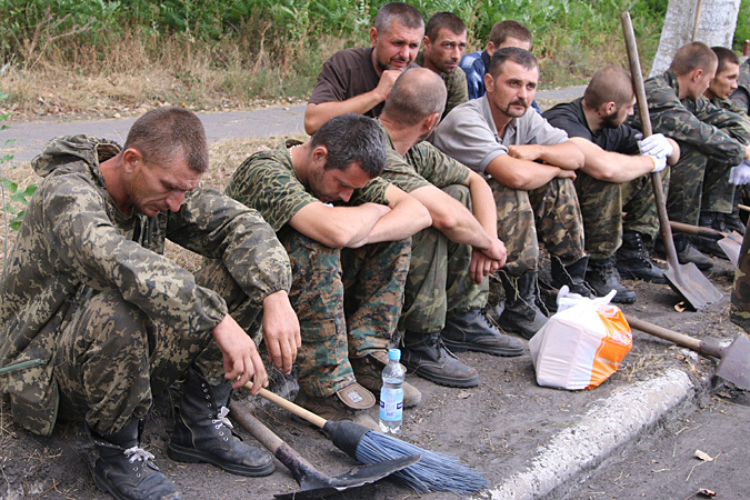 После того, как на Донбассе захлопнулись два очередных котла, поток желающих сдаться усилился многократно