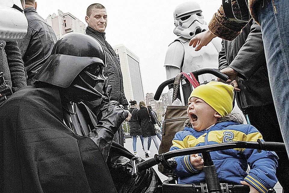 Малышам в Киеве плакать хочется от политических игр взрослых. Ну собрался чудак в маске Дарта Вейдера из «Звездных войн» попасть в Раду. А детей-то зачем пугать?