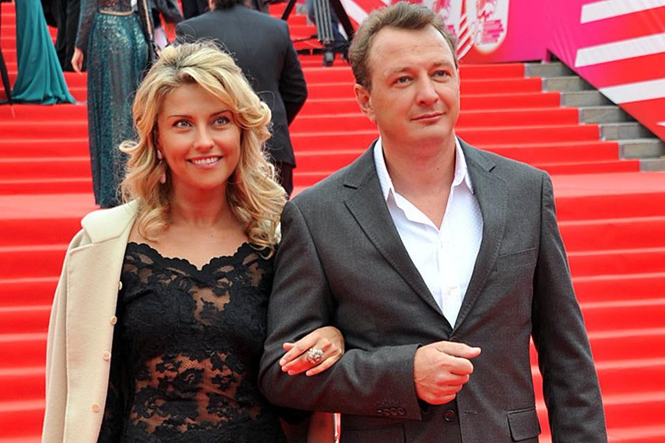 Новость о том, что популярный актер Марат Башаров поднял руку на свою жену и коллегу Екатерину Архарову до сих пор у всех на устах