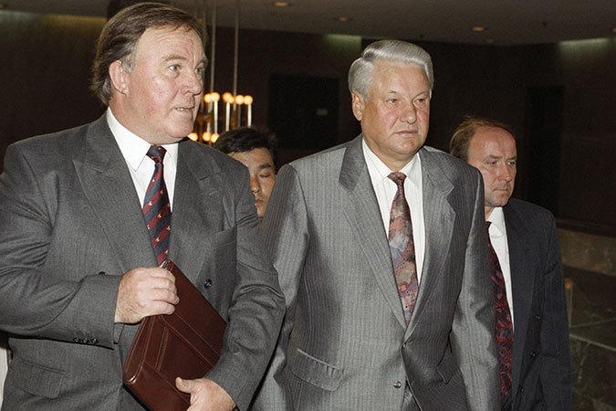 Михаил Полторанин (слева) и Борис Ельцин вместе шли  к вершинам российской власти.  После расстрела Белого дома  в октябре 1993-го их политические пути с Ельциным разошлись.