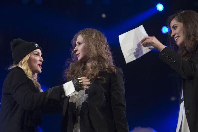 Мадонна звала всех «спасти Надя»