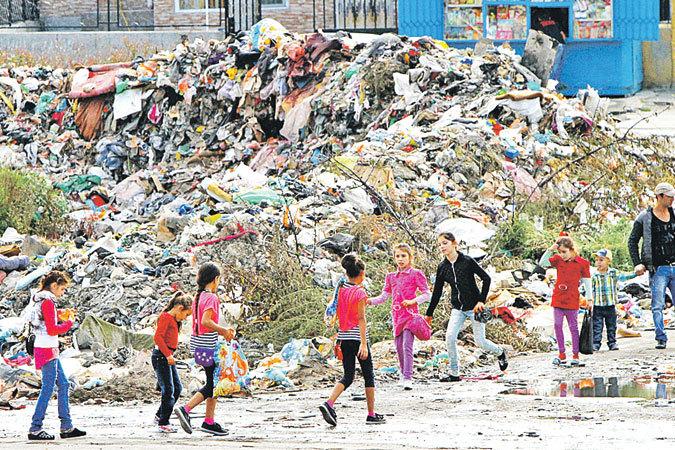 Резкий демографический спад в стране компенсируют цыгане, размножающиеся с феерической быстротой.  Увы, многие из них ведут асоциальный образ жизни. На фото: заваленные горами мусора цыганские кварталы в Варне.