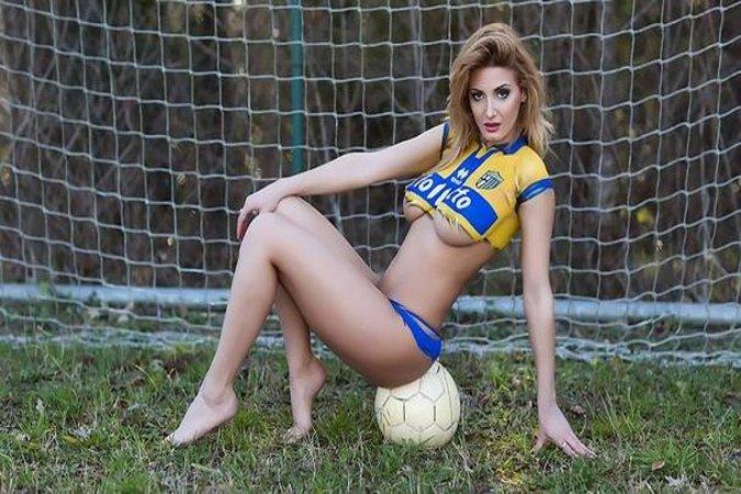 девушки на футболе стриптиз