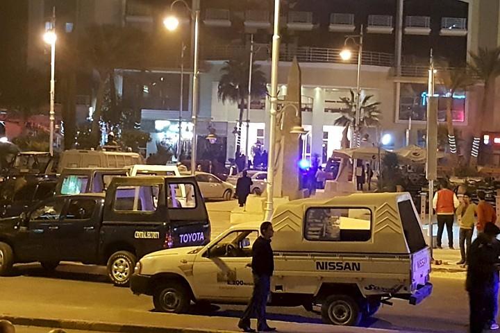 Трое вооруженных мужчин в пятницу, 8 января, открыли стрельбу возле отеля в Египте