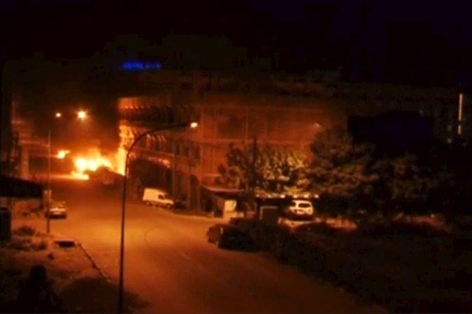 Cразу после того как силовики начали штурм, на первом этаже отеля прогремел взрыв, в результате чего там начался пожар