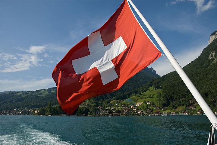 Швейцарцы предлагают платить по 2500 местных франков в месяц каждому гражданину страны. Просто так.