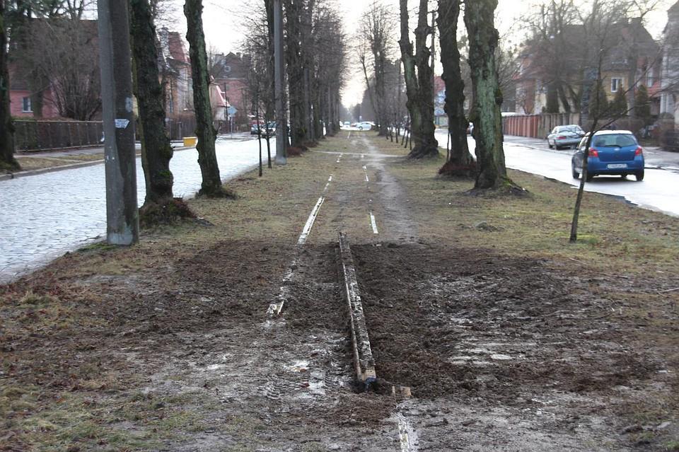 В Калининграде на улице Тельмана снимают трамвайные рельсы