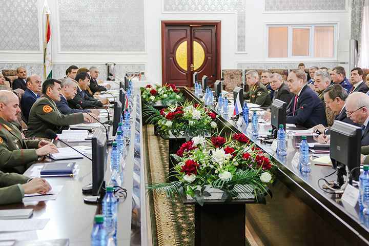 Благополучие таджикского народа и России зависит от мощи 201-ой российской военной базы, заявил в среду заместитель министра обороны России Анатолий Антонов