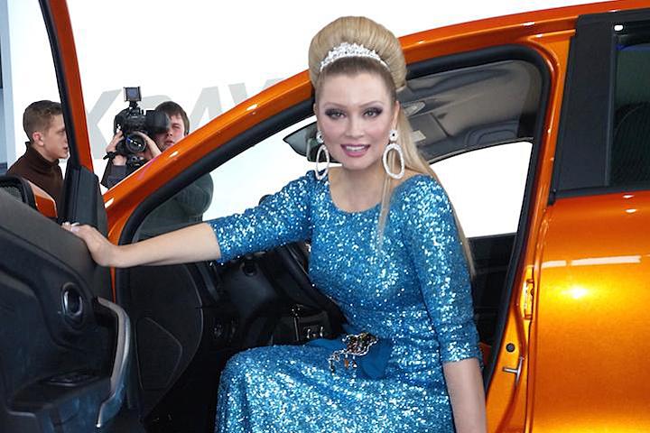 Ведущая светских вечеринок заказала себе самый дорогой цвет нового автомобиля «Фрэш» – ярко-апельсиновый