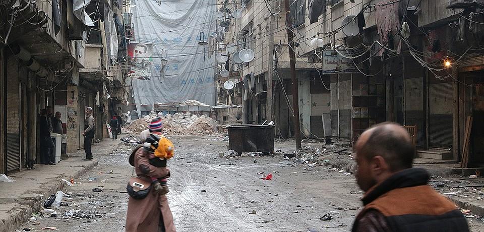 Торцы улиц, выходящих на квартал мусалахинов (боевики — Араб.) от земли до неба затянуты огромными тентами — защита от снайперов.
