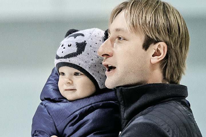 На одежду для сына Яна и Евгений не тратятся: Саша рекламирует ее, а потом получает в подарок. Фото: Сергей САВОСТЬЯНОВ/TASS
