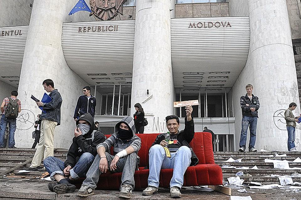 Погром здания парламента Молдовы в апреле 2009 года.  Фото ИТАР-ТАСС/ Вадим Денисов