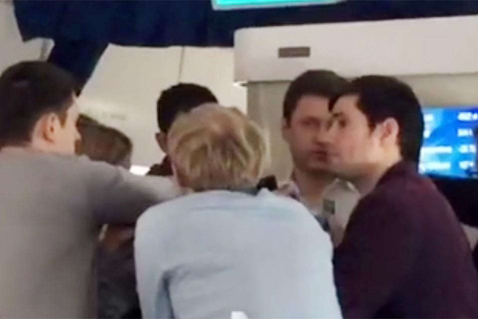 На этом видео мы можем наблюдать, как коллеги преимущественно из информационных агентств отловили крупного зверя прямо в самолете