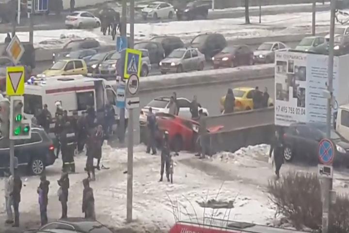 В Москве иномарка на огромной скорости влетела в подземный переход ФОТО: Кадр из видео