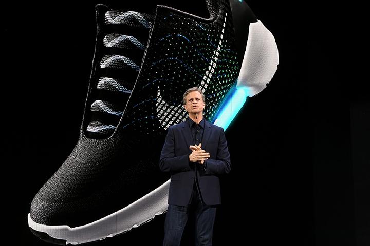 """И вот, почти через 27 лет после выхода картины """"Назад в будущее-2"""", компания Nike в Нью-Йорке представила публике именно такую модель кроссовок"""