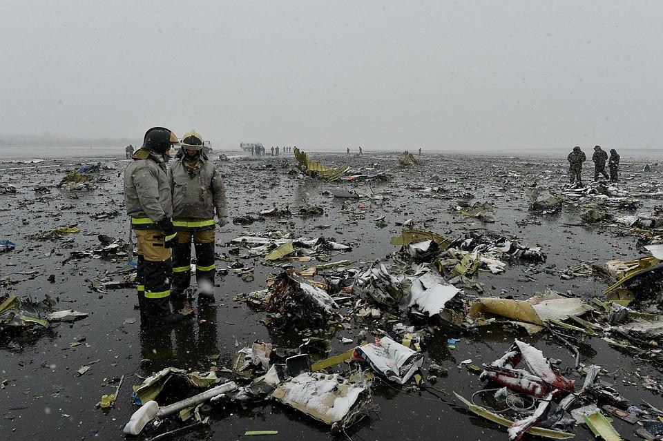 Следователи и спасатели ведут работу на месте крушения Boeing 737-800.