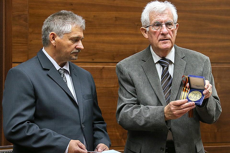 Родственники погибшего вСирии офицераРФ получили французские военные награды