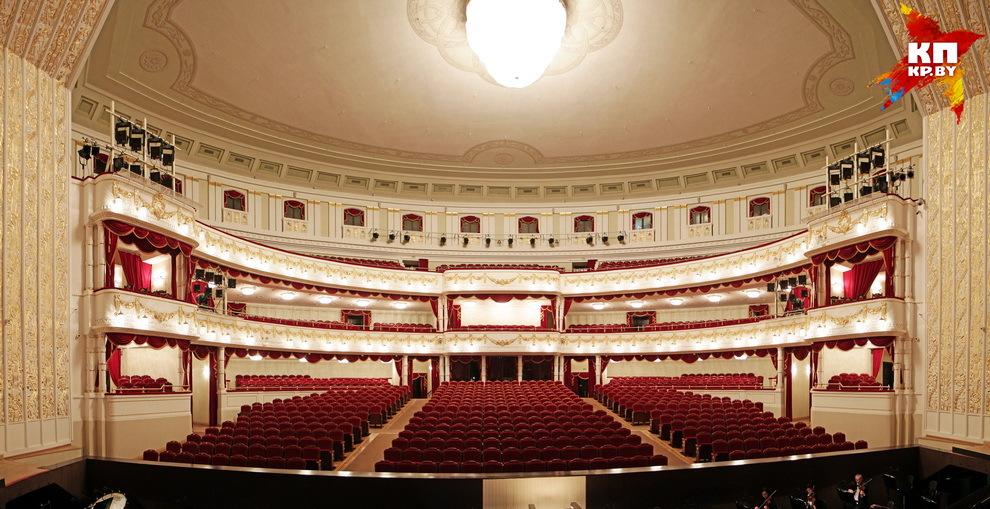 После реконструкции театра в нем появилась новая 4-метровая люстра