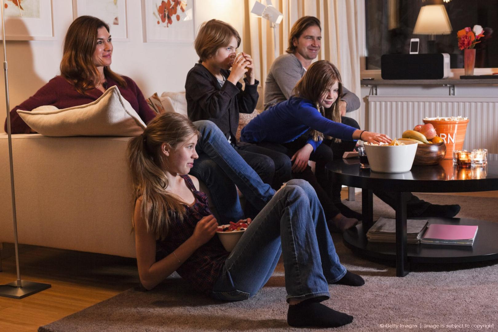 Телевизор дети смотрят меньше взрослых почти в два раза. Фото: Getty Images