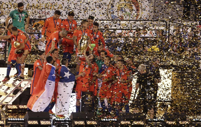 Футболисты сборной Чили празднуют победу в турнире.
