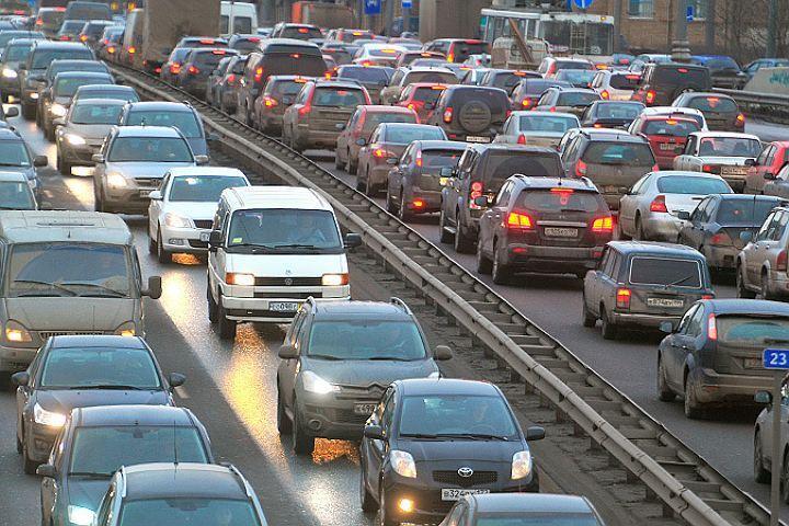 В Петербурге автомобилисты стоят в пробках по 4 часа.