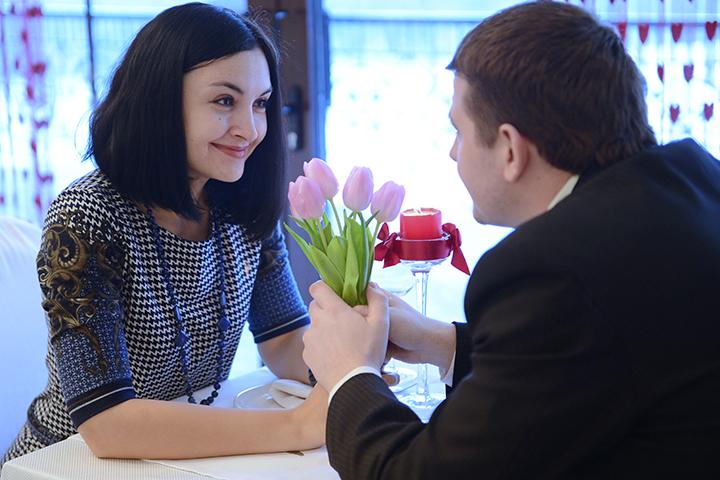 русская девушка изменяет парню в его присутствии