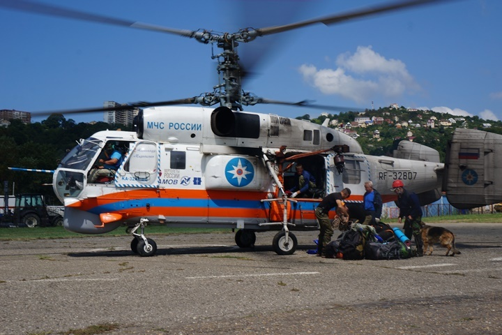 Сочинские cотрудники экстренных служб эвакуировали извысокогорья травмированного егеря