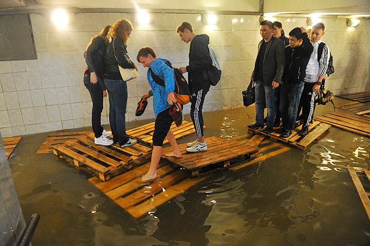 В российской столице ливень затопил переход станции метро «Савеловская»