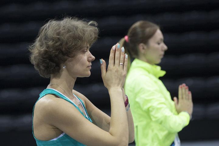 Ксения Яхимович, провела разминку и растяжку с элементами йоги.