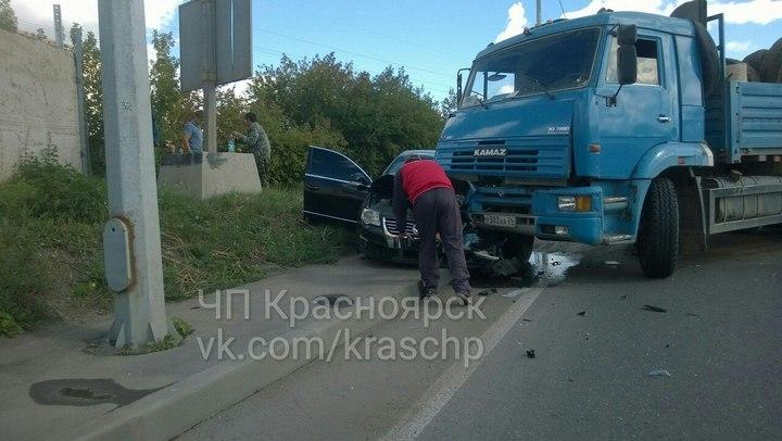 ВКрасноярске перед 4 мостом КамАЗ зажал иномарку